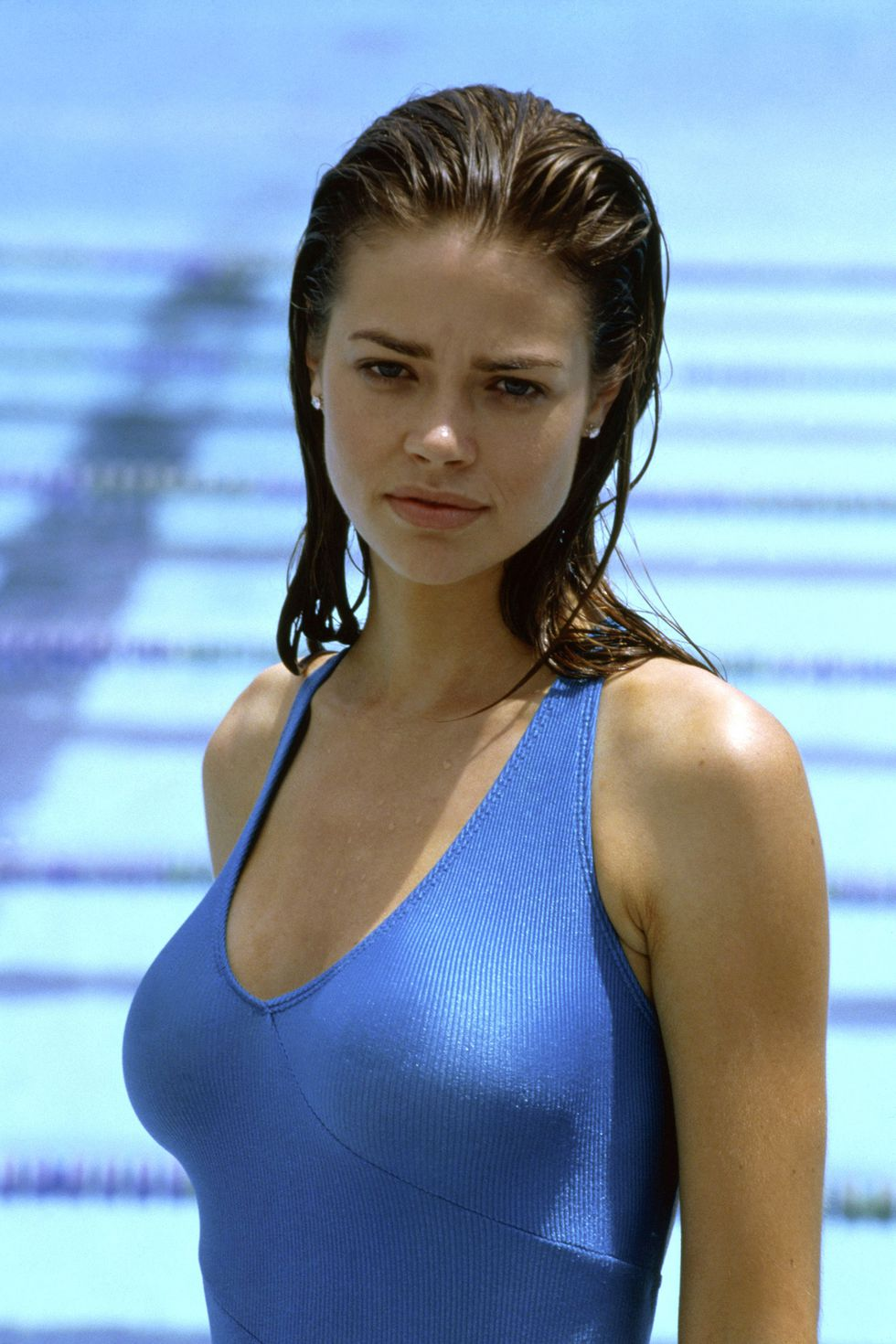 hbz-iconic-swimsuits-denise-richards-wild-things-1998-everett-collection